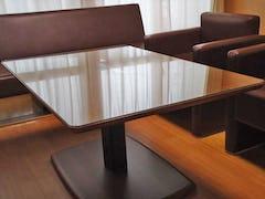 テーブルトップに「強化ガラス」を使用